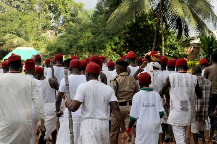 The growing crowd heads towards Ishiekpe and Idumu Alio.